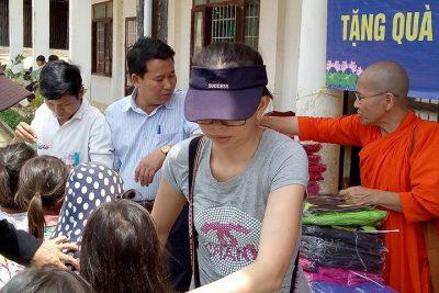 Đoàn từ thiện TP Hồ Chí Minh tặng áo ấm cho học sinh